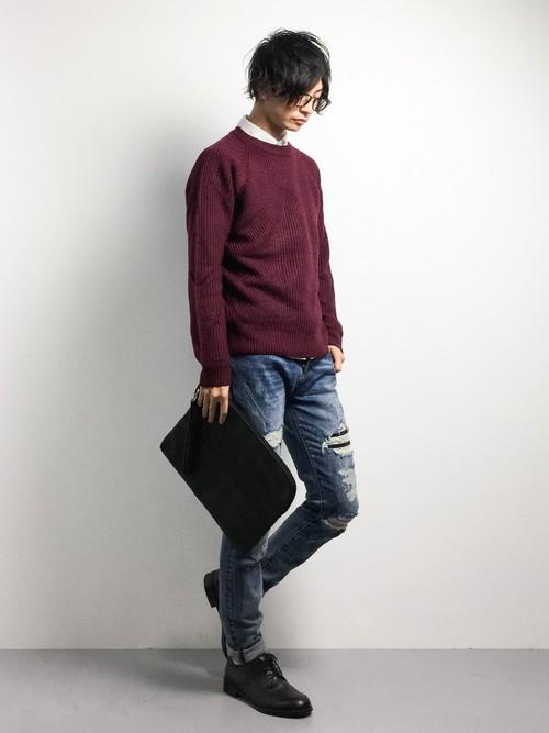 赤のセーターとクラッチバッグ