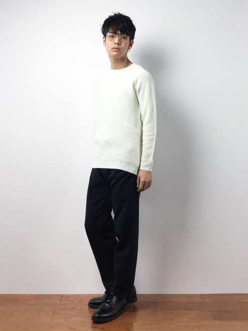 白セーターとブーツのコーデ