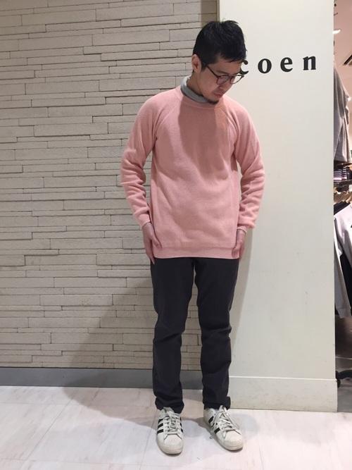 ピンクのセーターとシャツのコーデ
