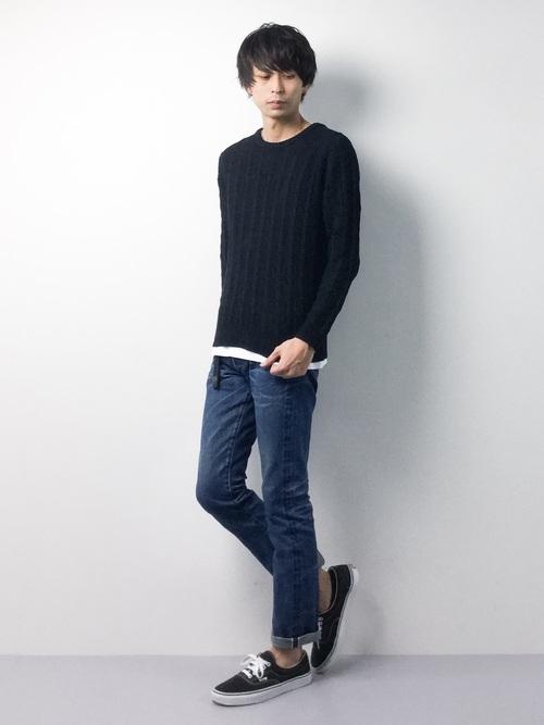 黒のセーターとデニム