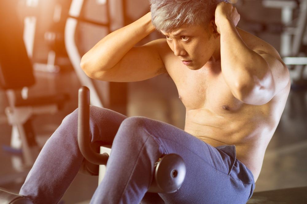 腹筋器具を使っている男