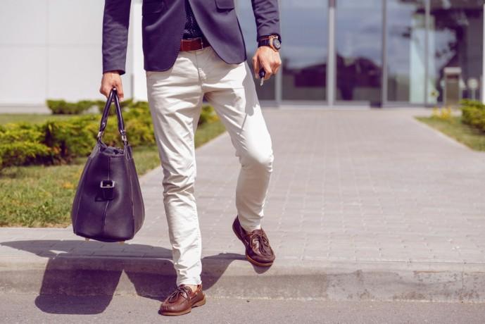 白パンツを使った人気コーディネート