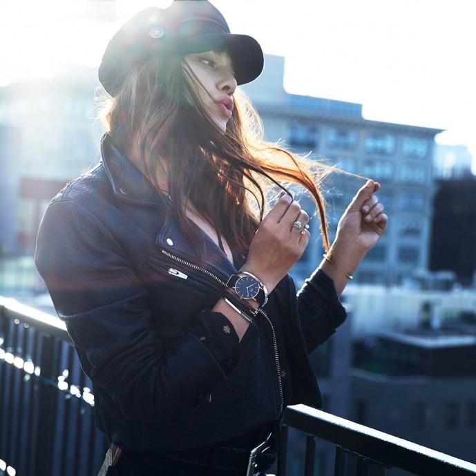 おすすめランキング3位のダニエルウェリントンの時計装着イメージ(クラシックモデル黒の文字盤)