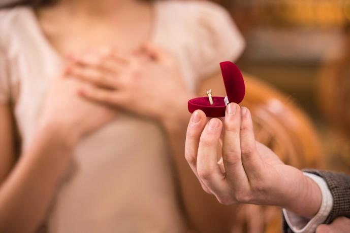 ホワイトデーで本命彼女にお返しするプレゼン卜に婚約指輪
