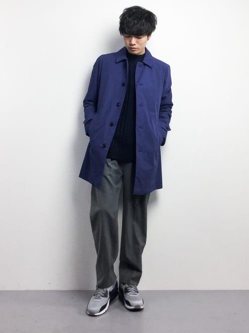 ブルーのステンカラーコートの着こなし