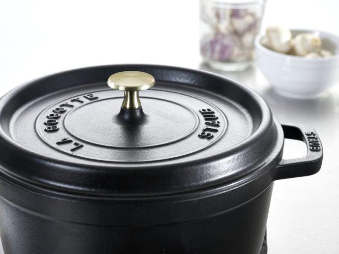 女性へのキッチングッズのプレゼントにストウブの鍋