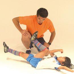上半身と下半身を使う腹筋運動