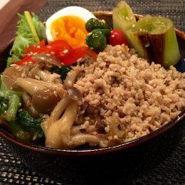 サカママレシピ ―御飯を野菜と一緒に!彩りそぼろ御飯―