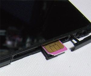 新しいスマホへSIMカードを挿入する