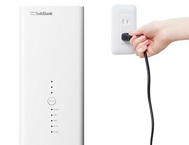 SoftBank Airの説明。[配線方法]電源アダプターをSoftBank Airにつなぎ、コンセントに差し込む。