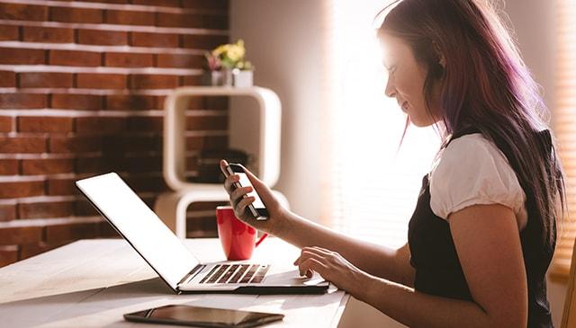 WiMAXと光回線でインターネット契約を迷っている人が、どちらを選ぶべきかを解説します。