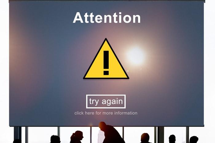 Attentionと表示したディスプレイがあるイメージ