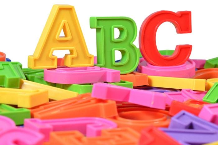 ABCとかいたブロックが並んでいるイメージ