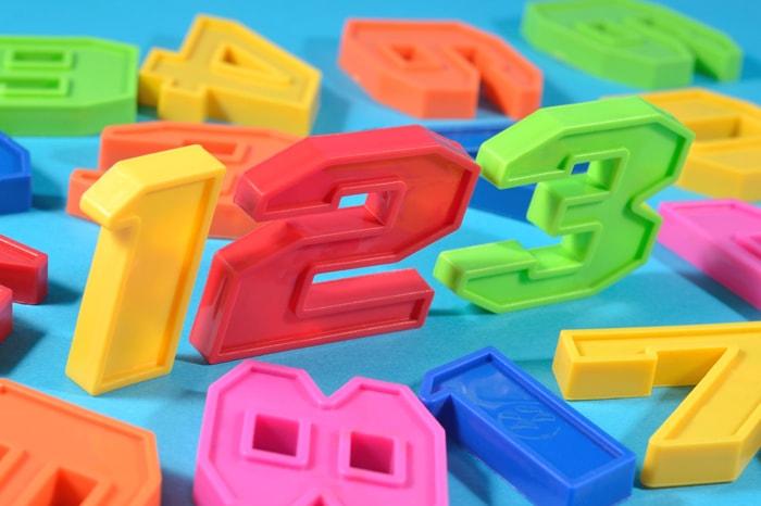 123の数字の玩具のブロックがあるイメージ