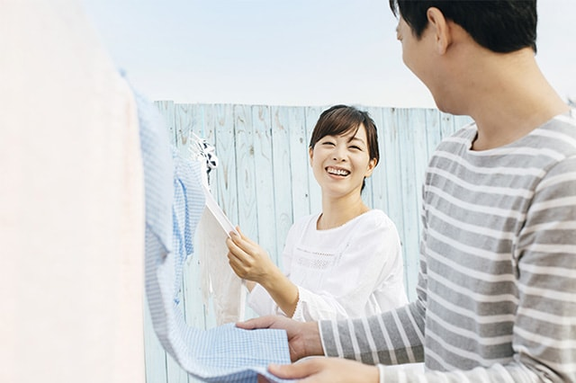 洗濯をするカップル
