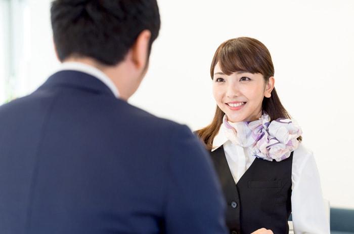相談している男性と相談に乗っている女性スタッフ