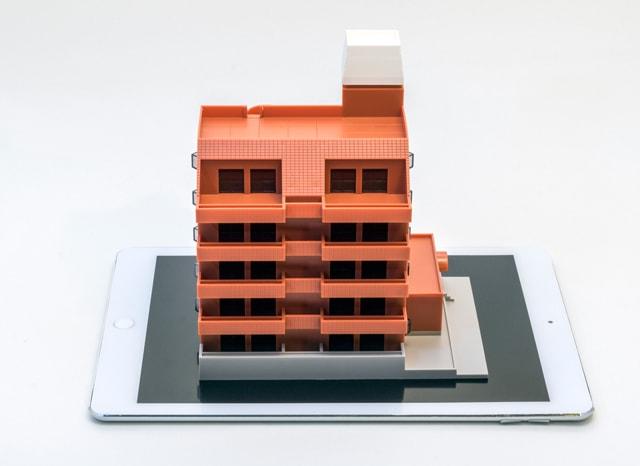 タブレットの上にあるマンションの模型