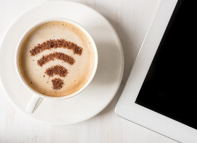 タブレットとWi-Fiの模様の入ったコーヒー