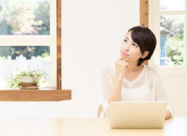 パソコンをしながら考える女性