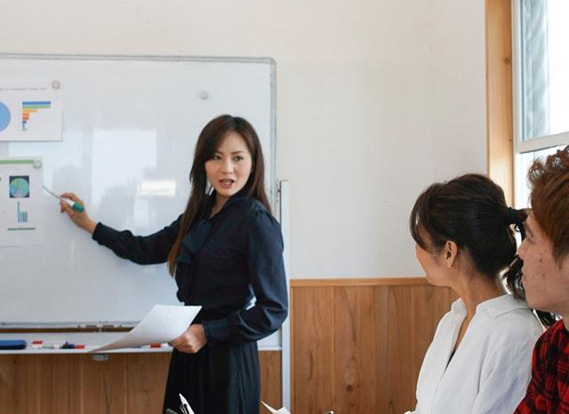 講義をする女性