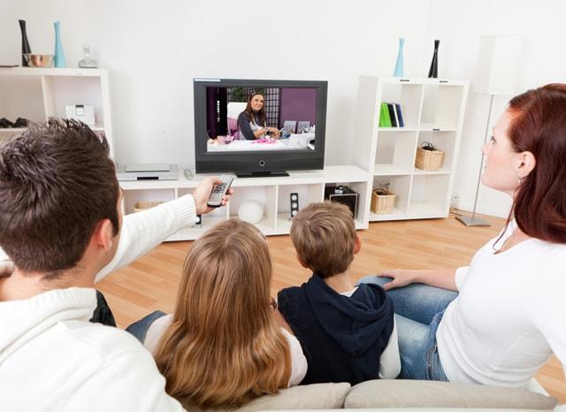 家出テレビを見る家族