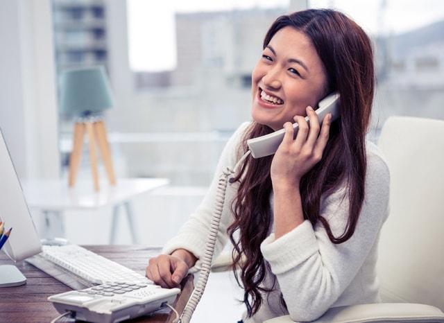 電話しながら笑う女性