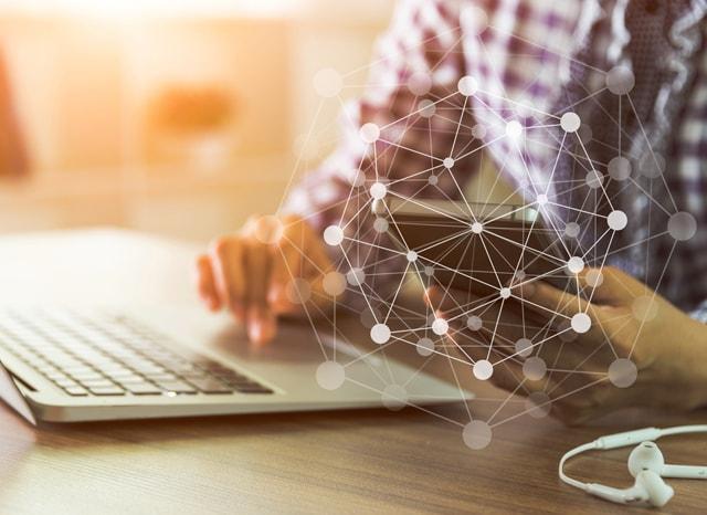 ネットに繋がったパソコンを触る人のイメージ