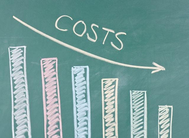 黒板に書かれたコストダウンを表すグラフ