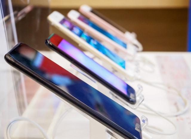 店舗に並ぶスマートフォン