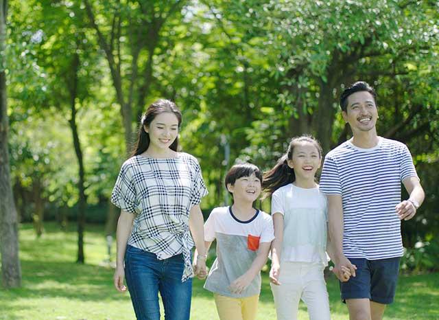 アジアの親・子供夏の週末に屋外歩行・笑い