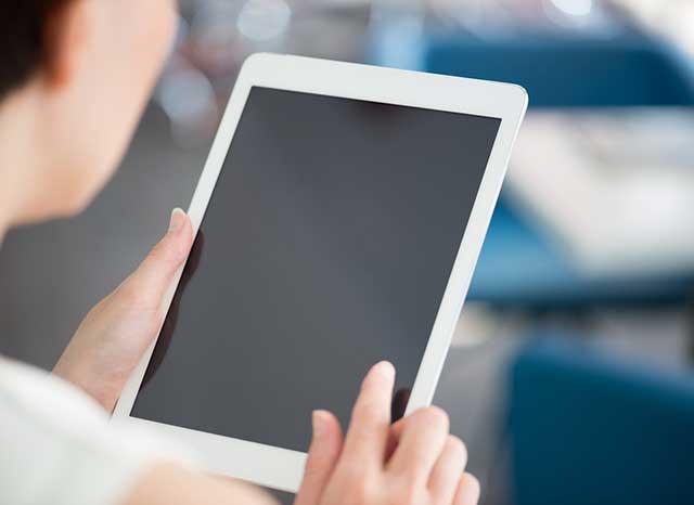 現代のデジタルタブレットを使用して女性