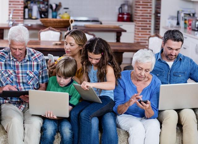 パソコン、スマホ、タブレットを触る家族