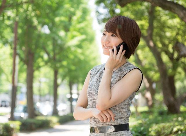 外でスマホで電話する女性
