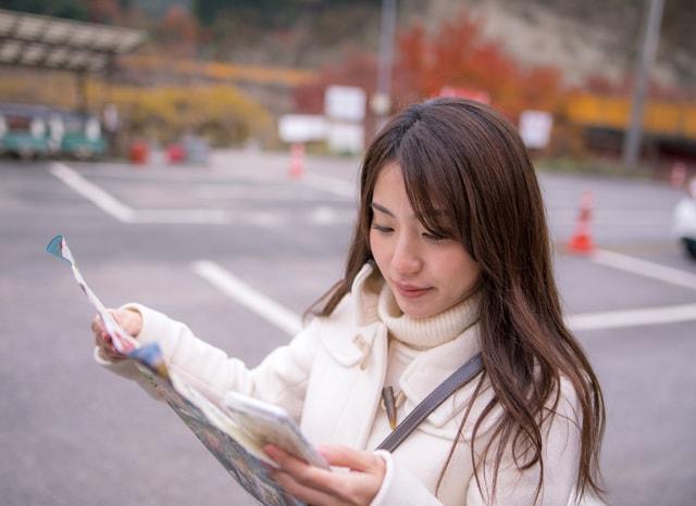 地図を見ながらスマホを触る女性