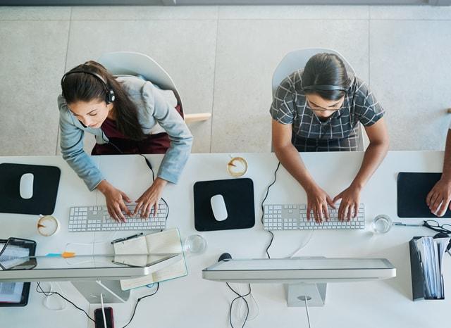 パソコンを使いながら対応するコールセンター