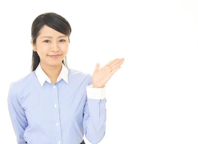 手を横にして案内をする女性