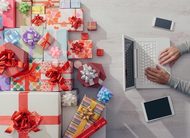 パソコンを使っている奥においてある大量のプレゼント