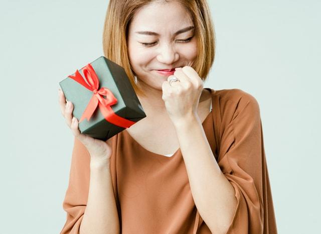 プレゼントを持って喜ぶ女性