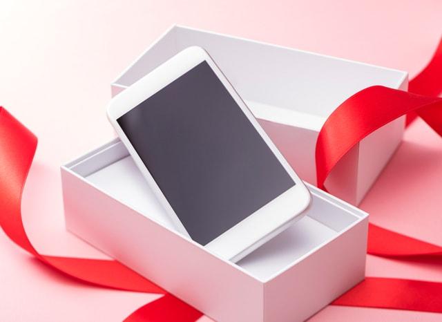 ギフトっぽく包まれたスマートフォン