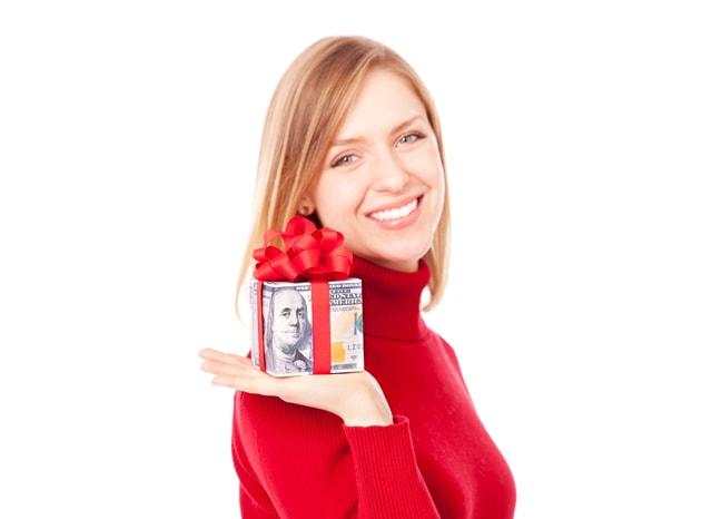 プレゼントボックス状態になったお札を持つ女性