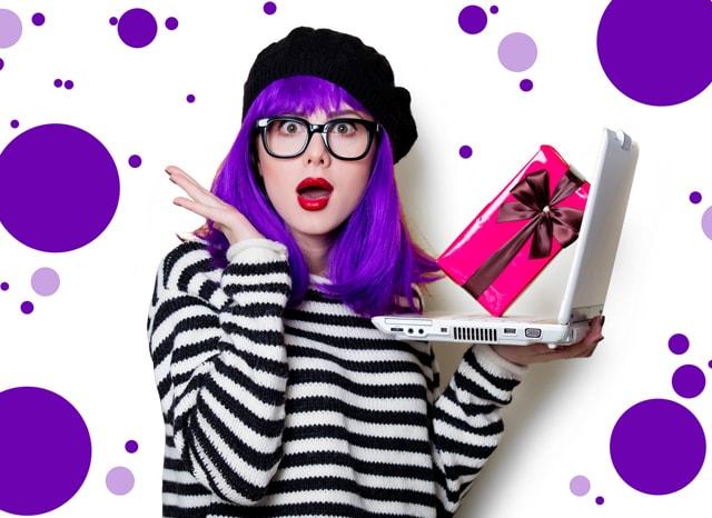 パソコンとプレゼントに驚く紫の髪の女性