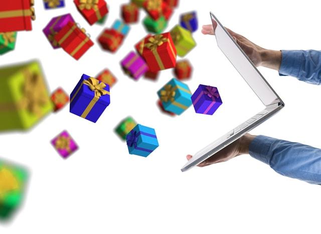 開いたパソコンから飛び出した沢山のプレゼント