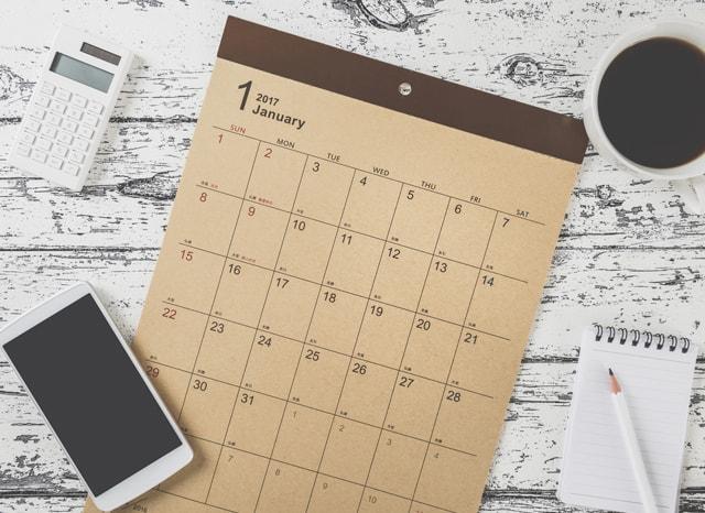 カレンダーとスマホと電卓とノート