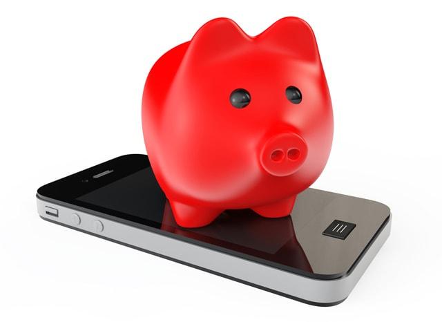 スマホの上にある赤い豚の貯金箱