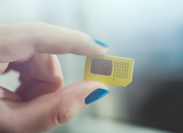 SIMカードを持つ女性