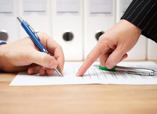 契約書の説明をする人とそれを記入する人