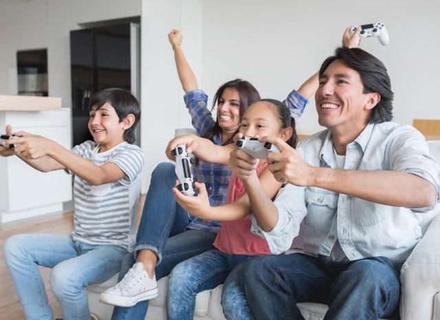 家でゲームをする家族
