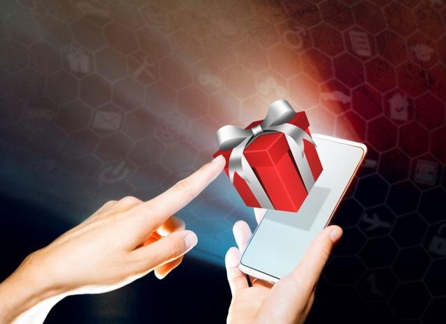 スマホから出ているプレゼントをタッチする様子