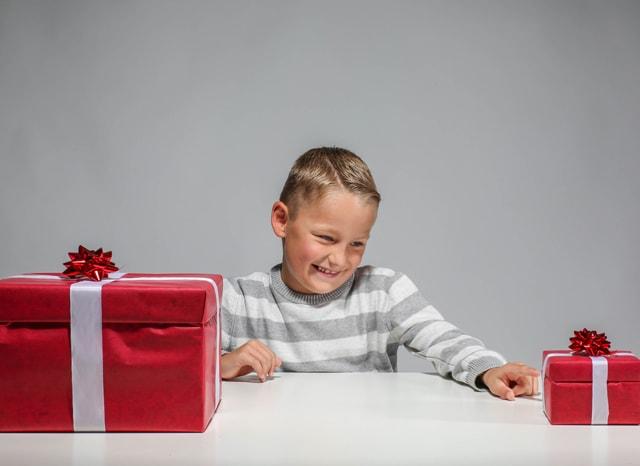 大小のプレゼントの中から小さいプレゼント選ぶ子供の様子
