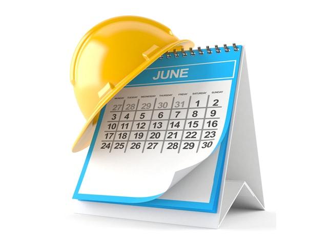 卓上カレンダーにかけられたヘルメット